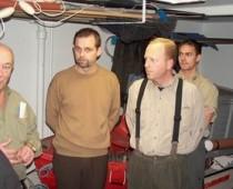 Ejendomsmæler Peter Bøgild og Jesper fra J.C. fiskegrej i Sæby lytter med interesse til formanden som fortæller om el-fiskeri.